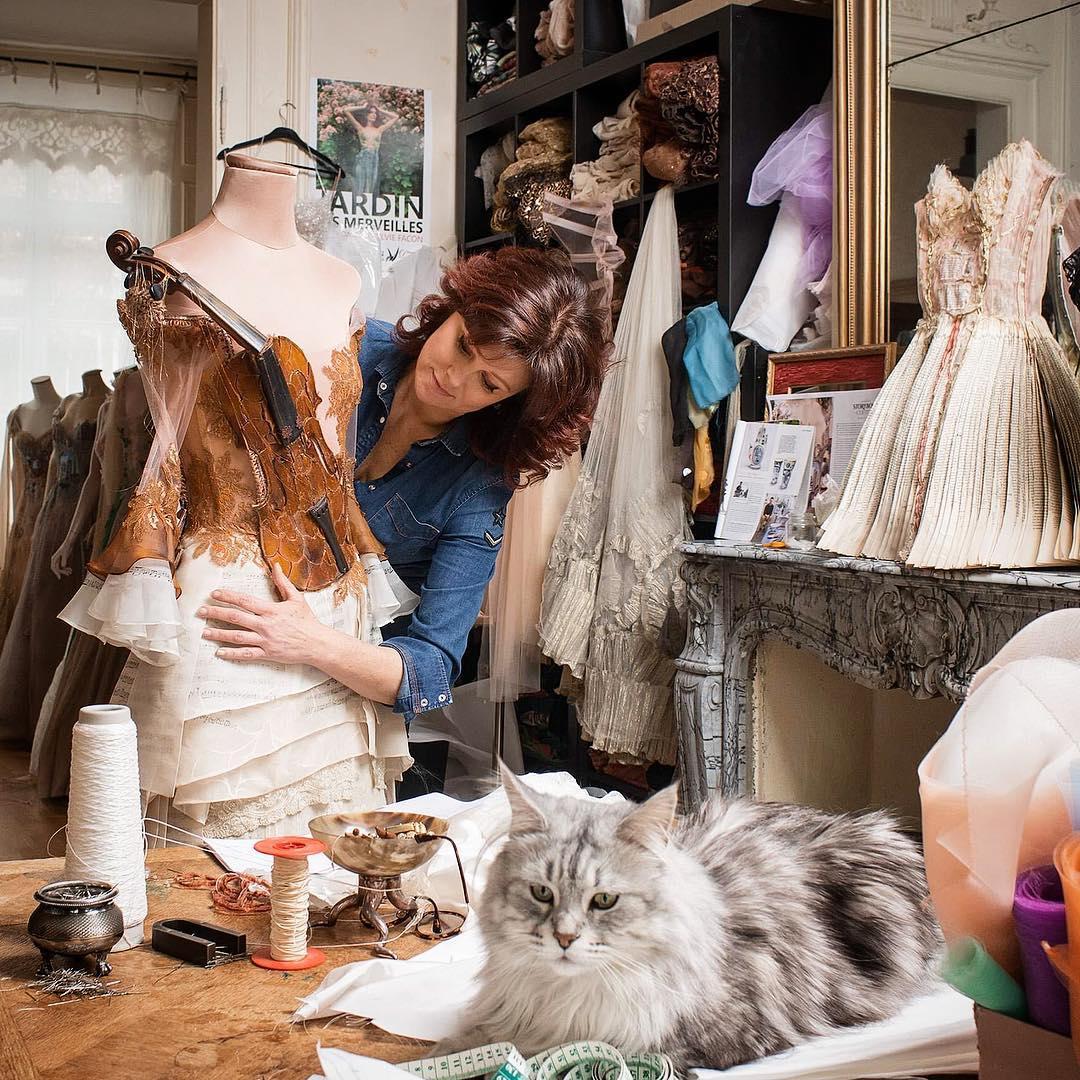 Sylvie Facon créatrice dans son atelier