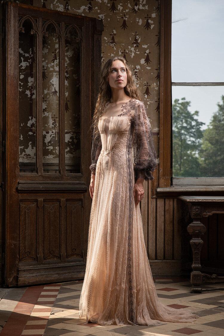 Sylvie Facon, robe en dentelles. Photo : Charles Delcourt