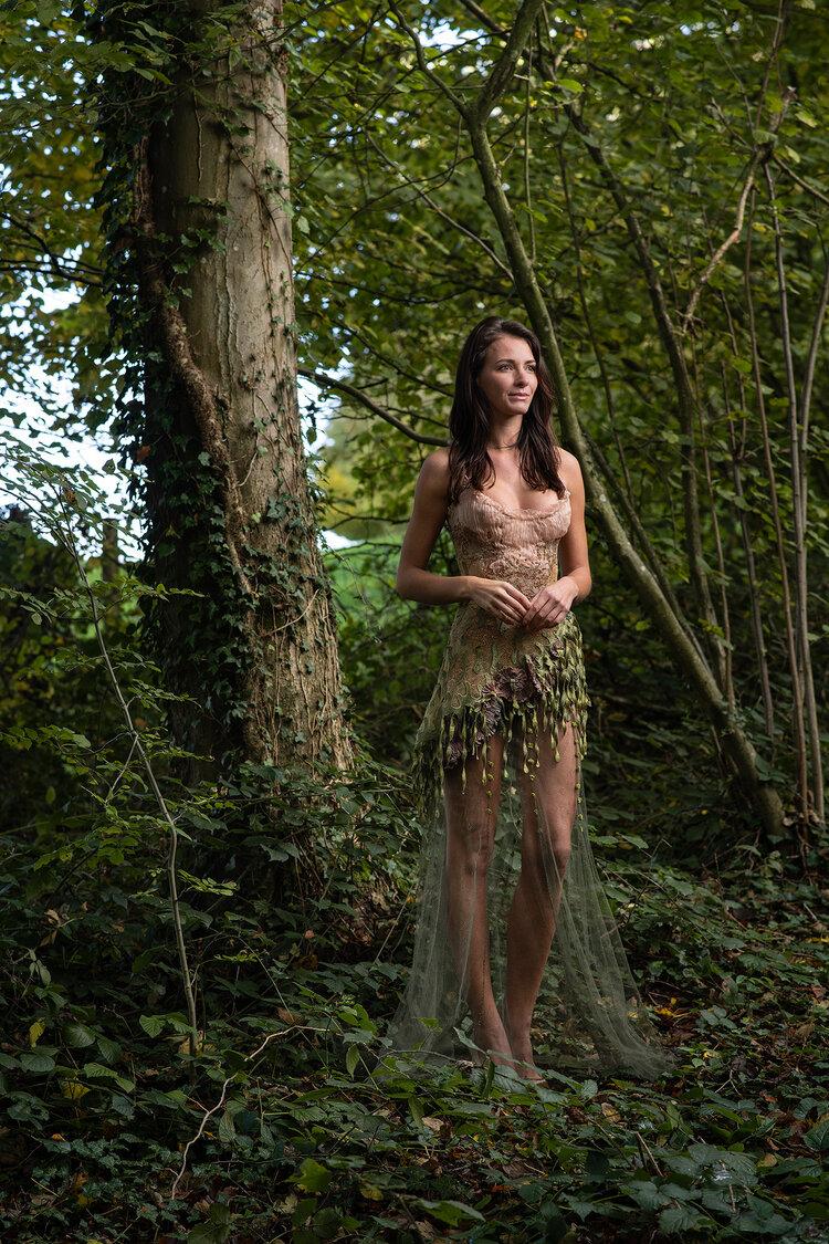 Sylvie Facon, robe champêtre, balade en forêt.  photo : Charles Delcourt